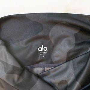 ALO Yoga Pants - Alo Yoga Camo Print Airbrush Crop Leggings